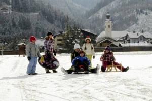 Kinder Im Schnee Hintergrund Haus Im Ennstal