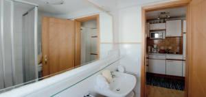 sauberes Badezimmer in der Ferienwohnung Therese